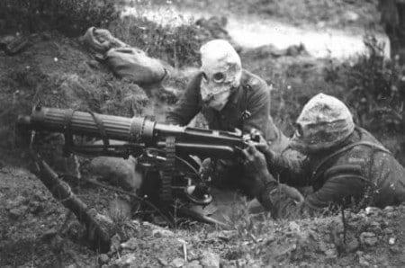 צוות בריטי חובש מסכת גז בהפעילו מקלע ויקרס במהלך הקרב על הסום