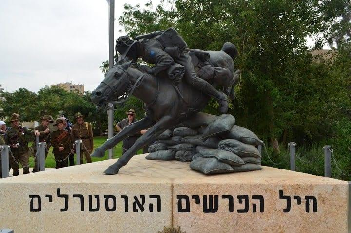 אנדרטת החייל האוסטרלי עם צאצאי הפרשים