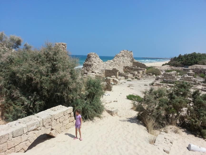 נוי ליד קשת של מבנה מכוסה בחול