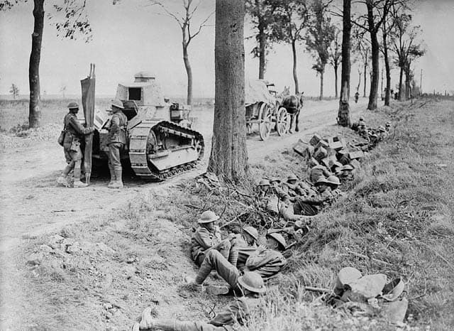 Canadian_troops_on_Arras-_Cambrai_road-1918