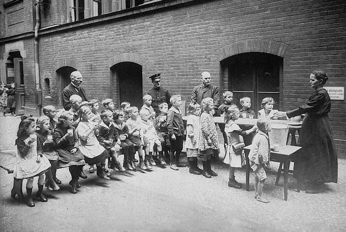 ילדים גרמנים בבית תמחוי של צבא הישועה בשנת 1918