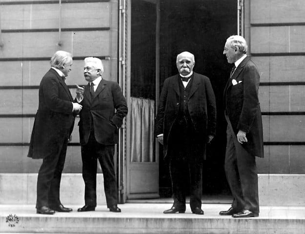 """""""ארבעת הגדולים"""", נשיא ארצות הברית וודרו וילסון, נשיא צרפת ז'ורז' קלמנסו, ראש ממשלת איטליה ויטוריו אורלנדו וראש ממשלת בריטניה דייוויד לויד ג'ורג'."""
