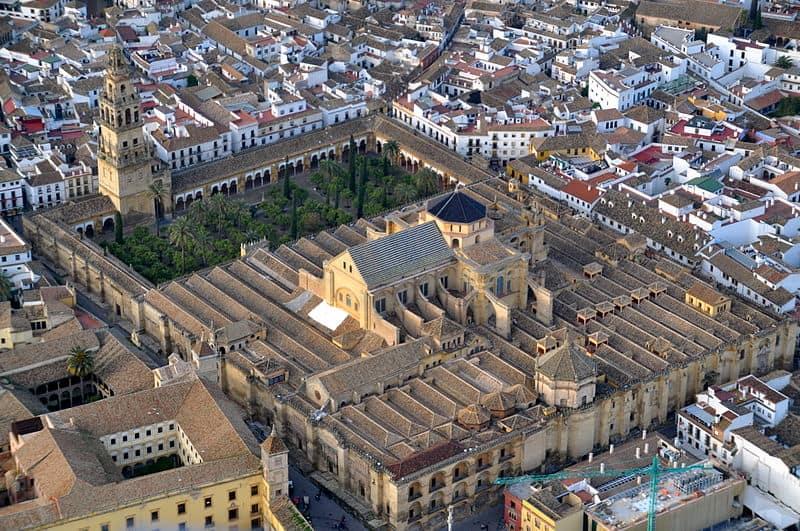 800px-Mezquita_de_Córdoba_desde_el_aire_(Córdoba,_España)