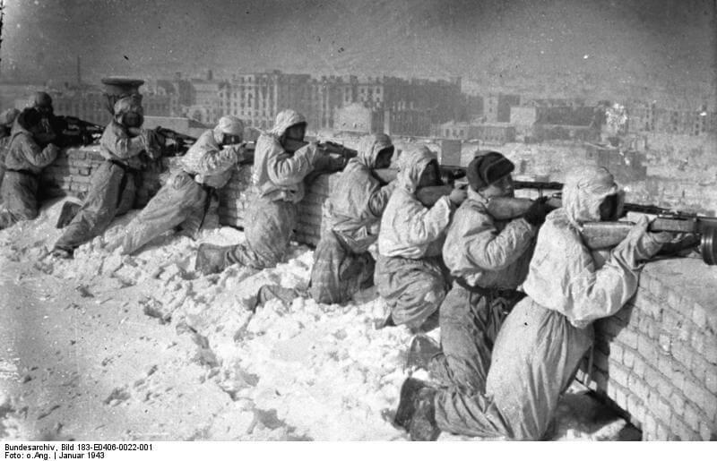 ADN-ZB/Archiv/ II. Weltkrieg 1939-45 Die Stalingrader Schlacht begann im Juli 1942. In erbitterten, beiderseits verlustreichen Kämpfen wehrte die Rote Armee das weitere Vordringen der faschistischen Truppen ab. Während der sowjetischen Gegenoffensive im November 1942 wurden über 300 000 Mann eingeschlossen. Die Reste dieser Verbände, etwa 91 000 Mann, kapitulierten am 31.3. und 2.2.1943 Rotarmisten bekämpfen vom Dach eines Hauses in Stalingrad den Gegner, Januar 1943