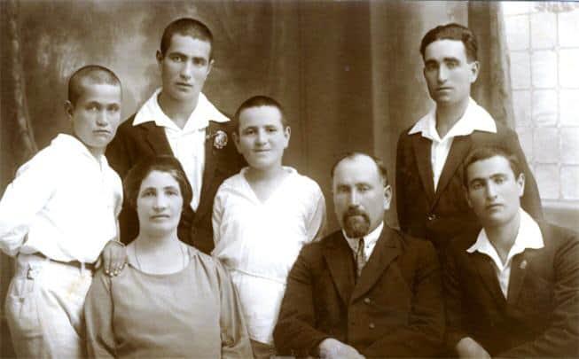 אבא כהן עם אשתו סוניה וחמשת בניו