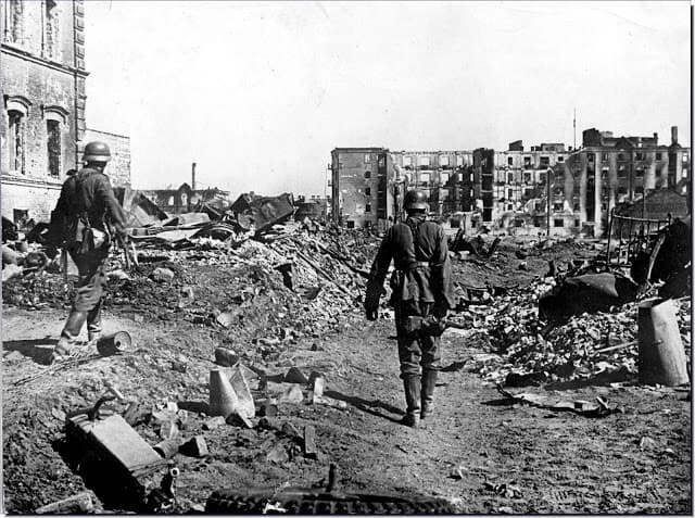 German-soldiers-ruins-Stalingrad