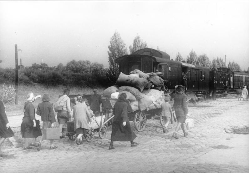ADN-ZB/Donath Berlin 1946, Pankower Güterbahnhof: Umsiedler benutzen für ihren Weitertransport die Eisenbahn.