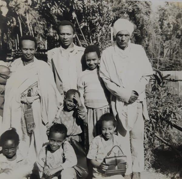 דוד אבטה ומשפחתו. דוד במרכז בשורה הראשונה.